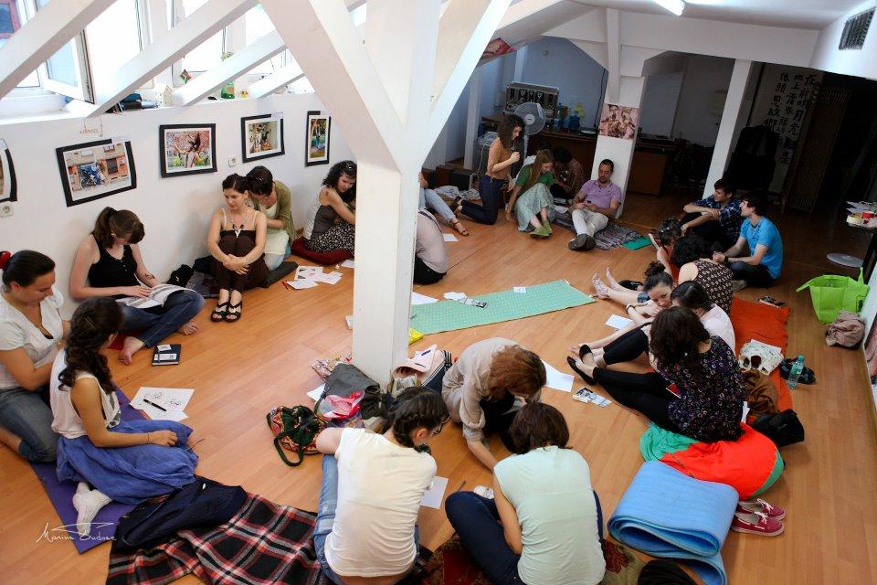 Grup la atelier henna pentru tatuaje temporare
