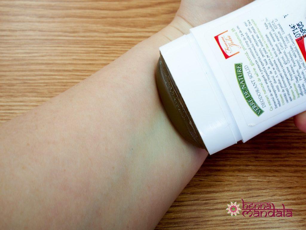 aplicare deodorant pe piele inaintea desenului cu henna