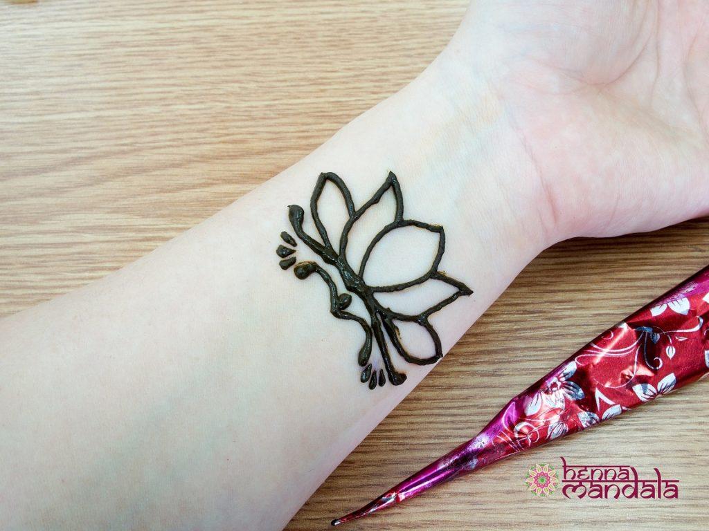pasta henna aplicata pe contur pentru tatuaj temporar