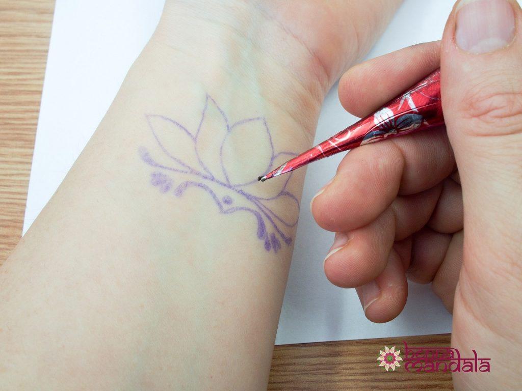 aplicare pasta henna pe contur pentru tatuaj temporar