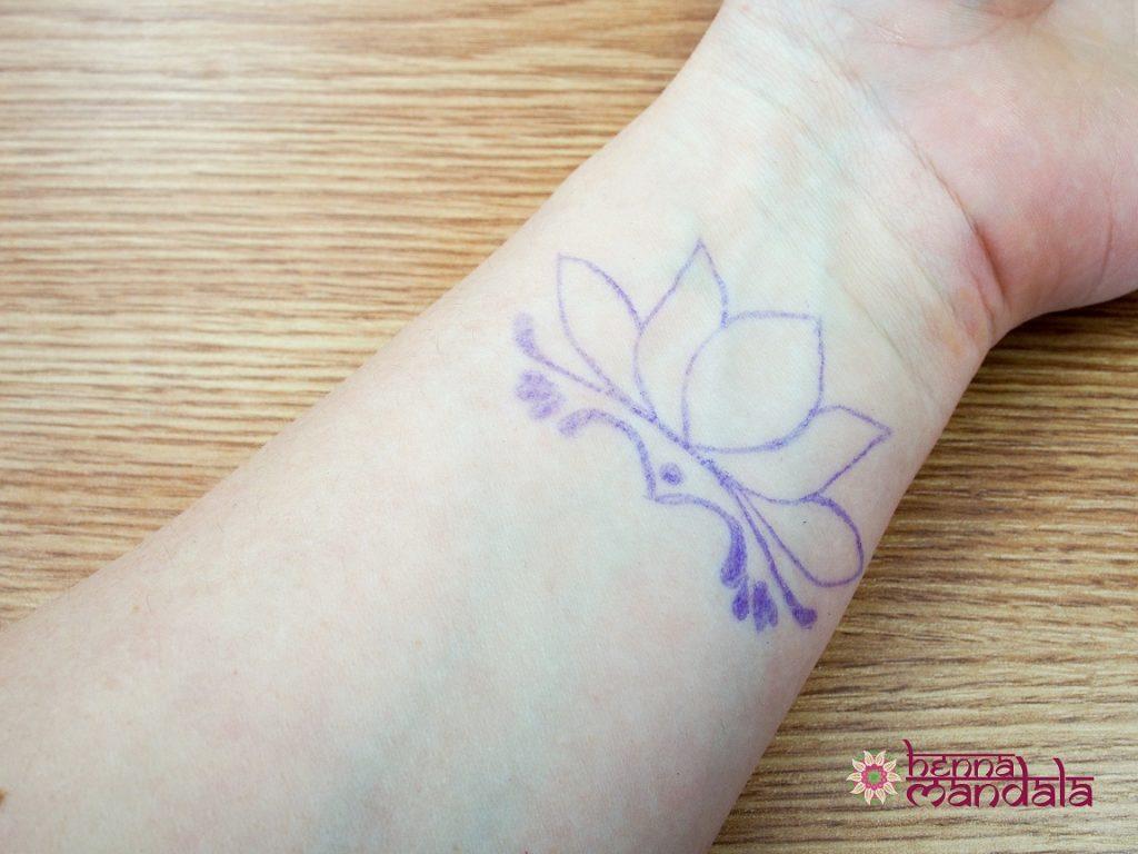 contur cu pixul pe piele inaintea desenarii cu henna