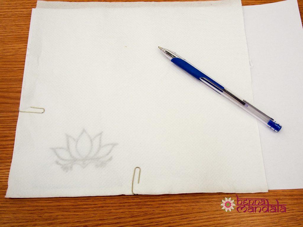 desenare pe servetel a conturului modelului pentru tatuaj cu henna